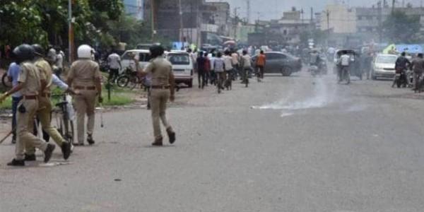 सूरत: मजदूर की मौत के बाद बवाल, पुलिस ने लाठीचार्ज के साथ छोड़े आंसू गैस के गोले