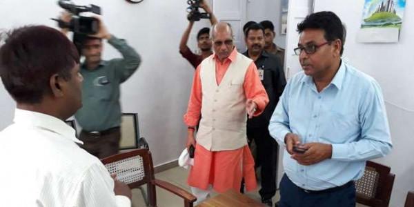 मंत्री धर्म पाल सिंह पहुंचे सिंचाई आफिस लगाया ताला, देर से आने वाले कर्मचारियों की बाहर लगी लाइन