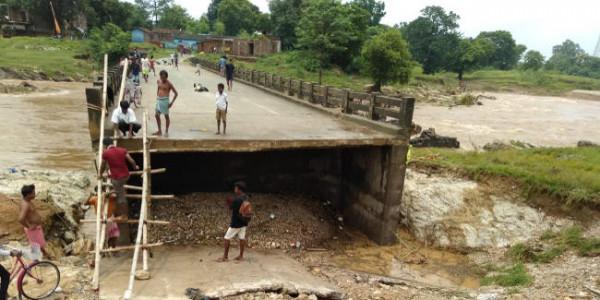 झारखंड : बाढ़ में बह गया पश्चिम सिंहभूम का इंदकाटा पुल, दर्जनों गांवों का संपर्क कटा, सरकारी व निजी स्कूल बंद