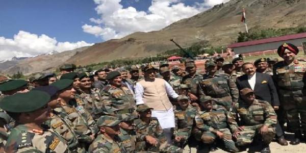 एक दिवसीय दौरे पर जम्मू-कश्मीर पहुंचे राजनाथ, द्रास में कारगिल शहीदों को दी श्रद्धांजलि