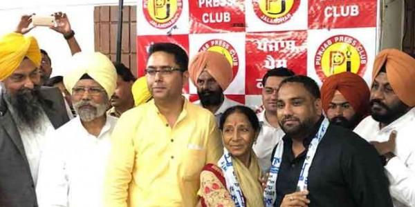 पंजाब में कांग्रेस को बड़ा झटका, MP शमशेर दूलो की पत्नी हरबंस कौर आप में शामिल