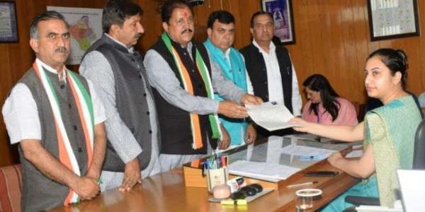हमीरपुर से रामलाल ठाकुर ने दाखिल किया नामांकन, ये नेता हुए शामिल