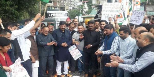 प्रियंका गांधी को हिरासत में लेने के विरोध में हिमाचल कांग्रेस का प्रदर्शन, योगी का पुतला जलाया