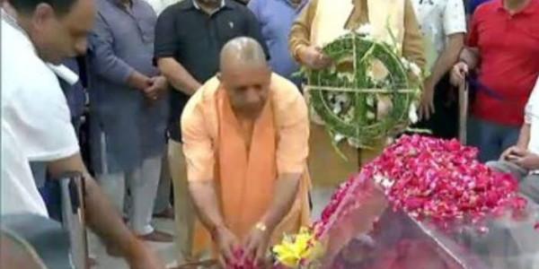 सीएम योगी ने अरुण जेटली के पार्थिव शरीर के दर्शन कर दी श्रद्धांजलि