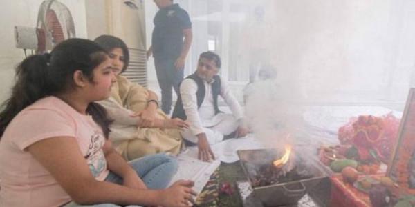 होटल ताज से अखिलेश यादव पहुंचे नए घर, पूजा-पाठ कर किया गृह प्रवेश