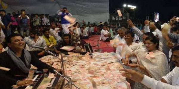 लोकसंगीत कार्यक्रम में बीजेपी सांसद पूनम बेन ने उड़ाए पैसे