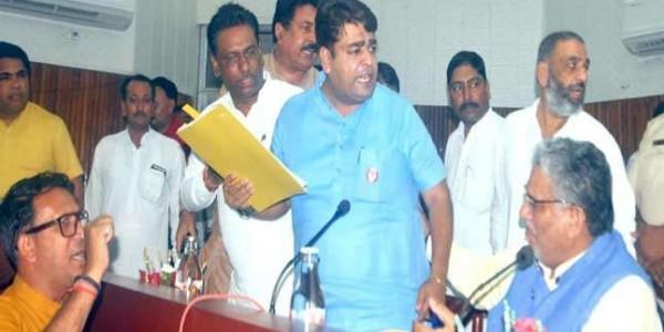 मंत्री के सामने भाजपा विधायक लगाने लगे अपनी ही सरकार की पुलिस के खिलाफ नारे, जानें क्या है कारण