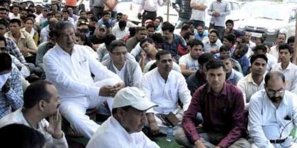 108 के पूर्व कर्मचारियों संग उपवास पर बैठे हरीश रावत, सरकार पर लगाए आरोप