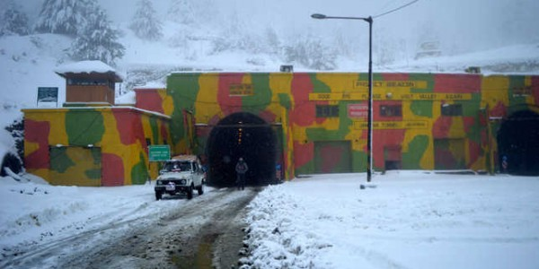 avalanche-on-police-post-in-jawahar-tunnel-kulgam-3-dead-150-rescued-heavy-snowfall-in-kashmir