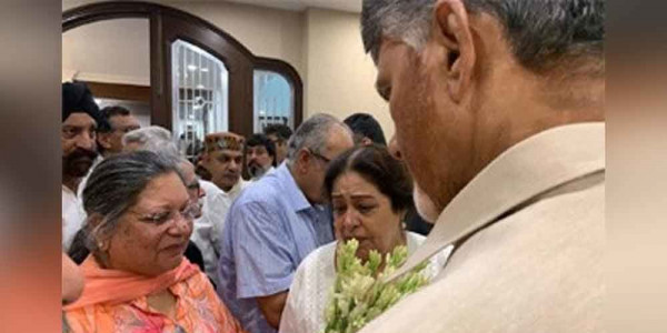 Chandrababu Naidu offers tributes to Arun Jaitley in Delhi