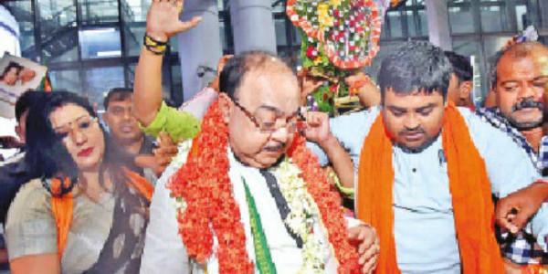 शोभन चटर्जी व बैशाखी बनर्जी लौटे कोलकाता, एयरपोर्ट पर भव्य स्वागत