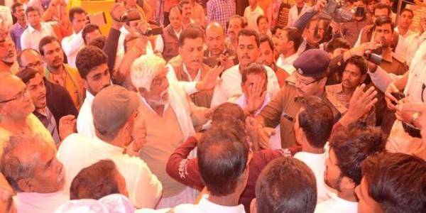 darbhanga-clash-between-rjd-and-bjp-workers-in-front-of-minister-suresh-sharma-of-nitish-government-in-bihar