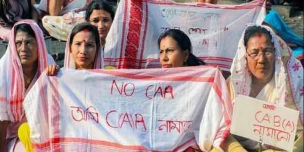 नागरिकता कानून पर बवाल के बाद शांति की राह पर असम, दिन का कर्फ्यू हटेगा