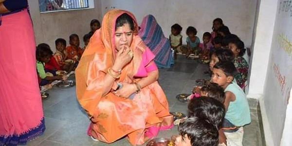 कैबिनेट मंत्री इमरती देवी ने आंगनबाड़ी का किया निरीक्षण, बच्चों की थाली से परोसा खाना चखा