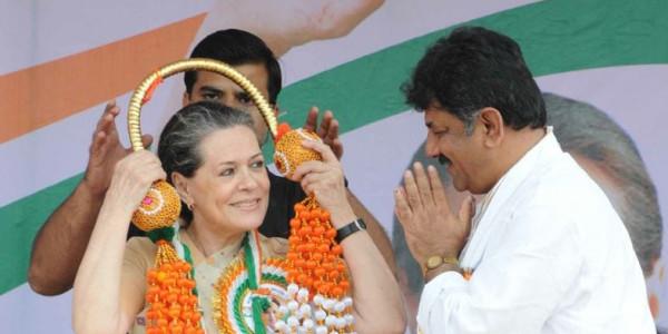 कांग्रेस अध्यक्ष सोनिया गांधी ने तिहाड़ जेल जाकर डीके शिवकुमार से की मुलाकात