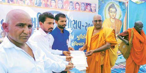 BJP MLA present, Una Dalits assaulted by 'cow vigilantes' adopt Buddhism