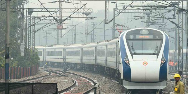 lucknow-city-vande-bharat-express-train-break-down-near-tundla-railway-station