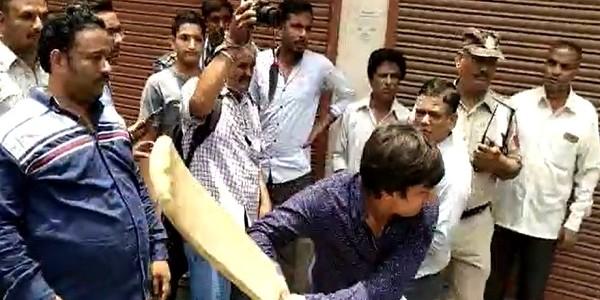 कैलाश विजयवर्गीय के विधायक बेटे की गुंडागर्दी, निगम अधिकारी को बैट से पीटा