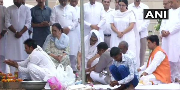 हरिद्वार : बेटी नमिता ने गंगा में प्रवाहित कीं अटल जी की अस्थियां