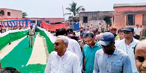 जमीन पर मरीज, ग्रीन कारपेट पर चलकर बाढ़ पीड़ितों से मिलने पहुंचे CM नीतीश
