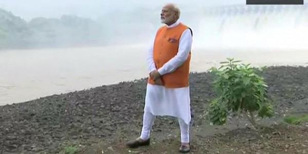सरदार सरोवर बांध पहुंचे PM मोदी, मां नर्मदा की महाआरती में होंगे शामिल