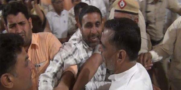 राज्यपाल के स्वागत में भिड़े बीजेपी नेता, जमकर चले लात-घूंसे