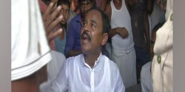 11 बच्चों की मौत के बाद विधायक को आई गांव की याद, लोगों ने बना लिया बंधक