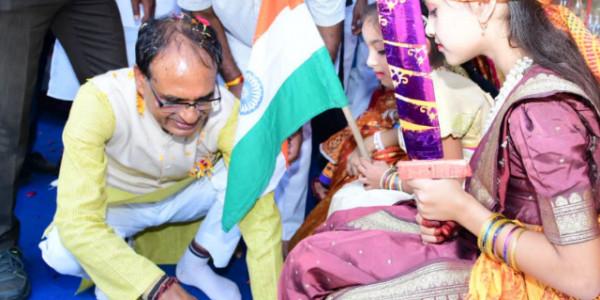 जन आशीर्वाद यात्रा: CM ने कन्याओं के धोए चरण, राहुल गांधी पर जमकर बोला हमला