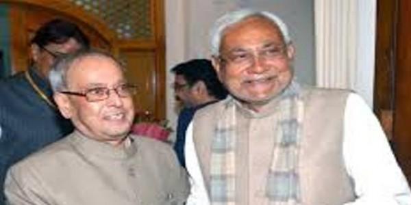 देर रात प्रणब मुखर्जी से मिले नीतीश कुमार, सियासी गलियारों में हलचल तेज