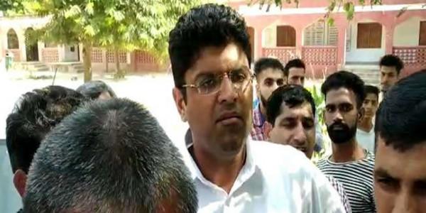 वोटिंग के दौरान दुष्यंत चौटाला पर हमला के मामले में डीएसपी समेत पांच पर केस