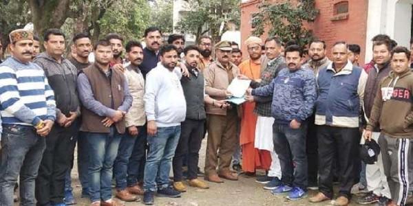 हिंदू विरोधी टिप्पणी पर बिफरे संगठन, नीरज भारती के खिलाफ पहुंचे थाने