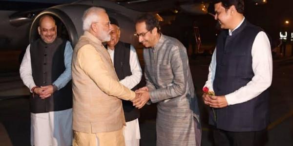 कॉन्फ्रेंस में हिस्सा लेने पुणे पहुंचे प्रधानमंत्री, उद्धव ने किया स्वागत