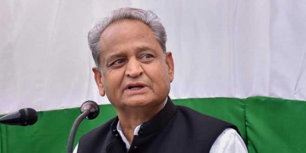 राजस्थान में बेकाबू टिड्डी दलों को कंट्रोल करने को CM गहलोत ने केंद्र से मांगी मदद