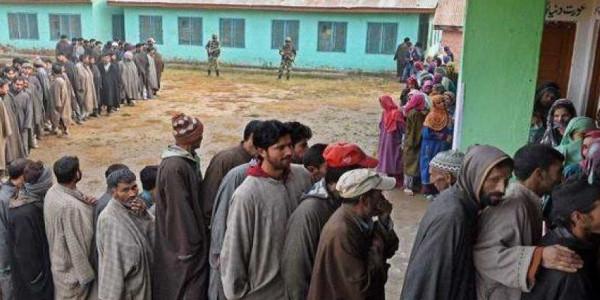 जम्मू कश्मीर: पंचायत चुनाव में आखिरी चरण के लिए मतदान जारी, 430 उम्मीदवारों की किस्मत दांव पर