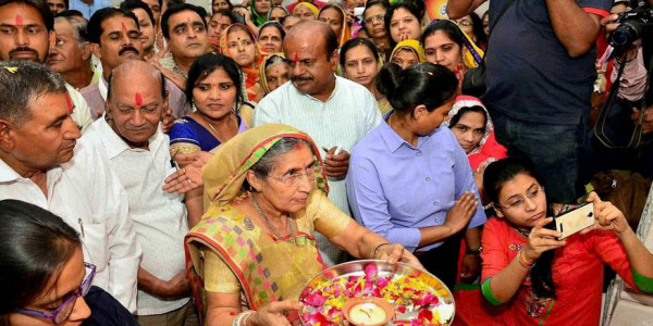 PM Narendra Modi's Wife Jashodaben Visits Temple in Hyderabad