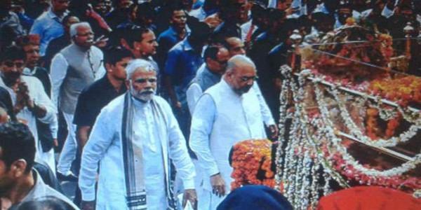 अलविदा अटलजीः प्रोटोकॉल तोड़कर पांच किमी पैदल चले पीएम नरेंद्र मोदी