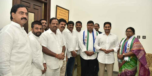TDP leaders join YSRCP in Guntur