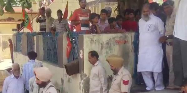 अनिल विज ने मुर्दाबाद के नारे लगाने वालों को अपशब्द कहे, ग्रामीण भड़के तो पुलिस ने लाठियां भांजी