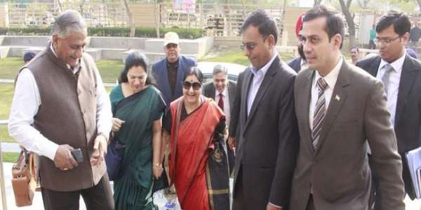 प्रवासी भारतीय सम्मेलन की तैयारी को अंतिम रूप देंगी विदेश मंत्री सुषमा स्वराज, वाराणसी पहुंचीं