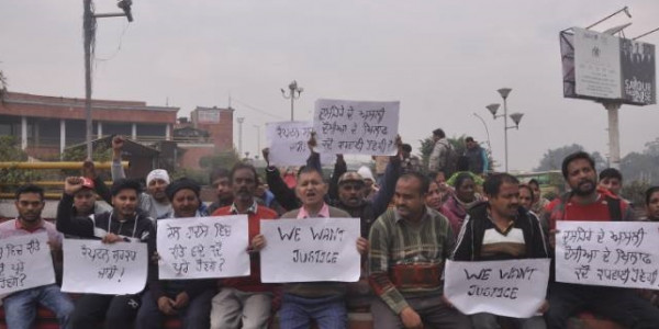 victims-of-amritsar-railway-accident-sitting-on-dharna