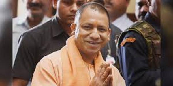 सीएम रमन सिंह ने भरा पर्चा, योगी आदित्यनाथ के पैर छूकर लिया आशीर्वाद