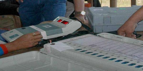 गोरखपुर में भाजपा 4500 व फूलपुर में सपा 7000 वोटों से अागे