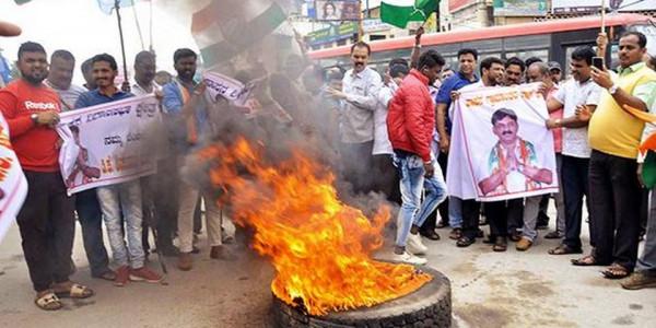 Congress, JD(S) workers raise slogans in Hassan