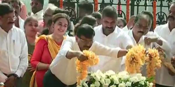 बाला साहेब को श्रद्धांजलि देने पहुंचे पूर्व मुख्यमंत्री देवेंद्र फडणवीस, शिवसेना के समर्थकों ने की नारेबाजी
