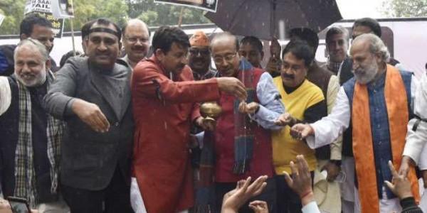 भाजपा ने जंतर-मंतर पर गंगा जल छिड़क किया शुद्धिकरण, केजरीवाल के बारे में कहीं ये बातें