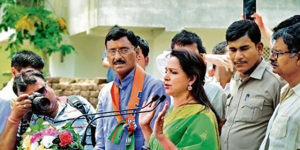 जब कार्यकर्ताओं द्वारा सेल्फी खिंचे जाने से हेमा हुईं नाराज, भाषण में कहा, पीएम मोदी के डर से कांप रही हैं पार्टियां