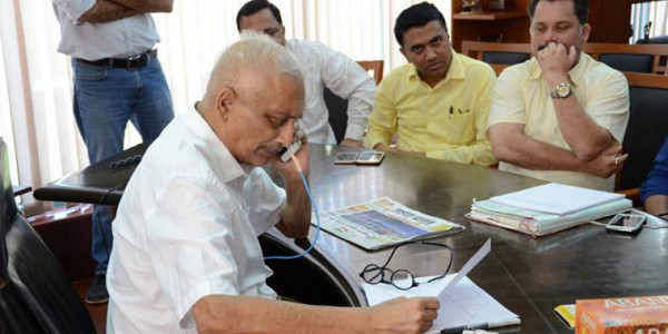 ailing-goa-cm-manohar-parrikar-attends-office-for-first-time-in-4-months-bjp