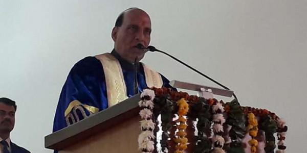 मथुरा में छात्रों से बोले राजनाथ, ज्ञान के साथ चरित्र बल पर करें अपना निर्माण