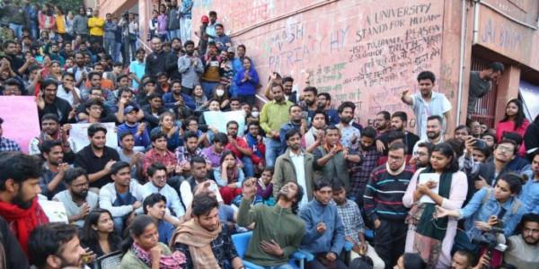 JNU छात्रों के समर्थन में उतरी शिवसेना