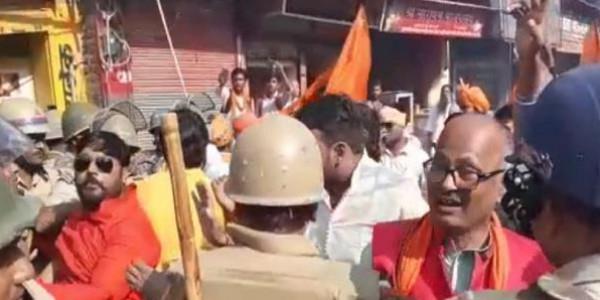 अयोध्या में तोगड़िया समर्थकों की पुलिस से झड़प, भारी सुरक्षाबलों की तैनाती